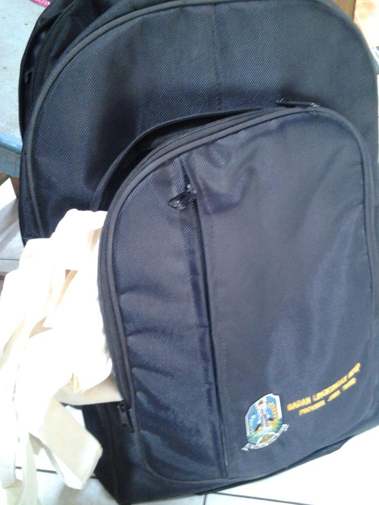 Ransel dapat dari seminar, tas kainnya hadiah lomba. Efisien sangat