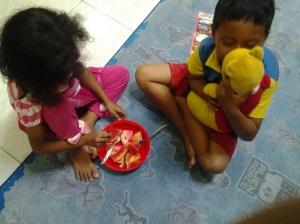 Anak-anak juga mau lho, sarapan buah