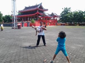 Ayah tunjukkan kami kegembiraan... gairah... dan impian Lokasi:Klenteng Sam Poo Kong, Semarang