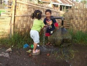 Dua Anak Kami Saat Balita Suka Bermain Di Sumur Artesis Di Dekat Rumah