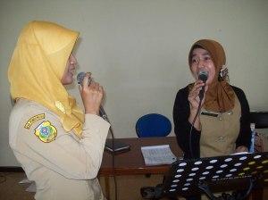 Menyanyi di sela waktu break kantor
