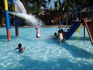 Anak-anak Bersenang-senang di Sebuah WaterPark