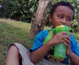 Si SUlung Sedang Minum Dengan Tumbler nya
