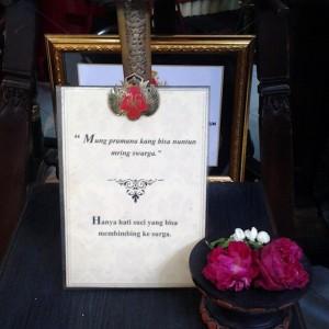 Kata-kata yang mak jlebb ini diletakkan di bawah foto Sri Sultan bersama Ratu Hemas