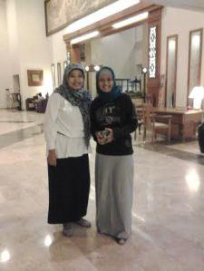 Saya bersama Mak Lusi di lobby hotel Inna Garuda- Foto : koleksi Mak Lusi