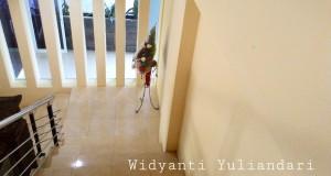 Tangga dari lobi menuju kamar-kamar di lantai 2