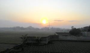 Matahari terbit, terlihat dari jendela kamar